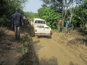 accès difficiles: le véhicule s'embourbe